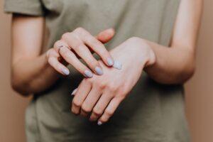 Hände werden eingecremt